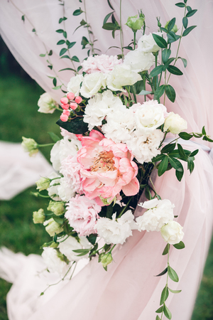 Blumenkompositionen in Hochzeitsdekoration Lizenzfreie Bilder