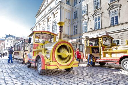 Lviv, 우크라이나, 2017 년 2 월 27 일 : 노란색 기차 Lviv의 중심에.