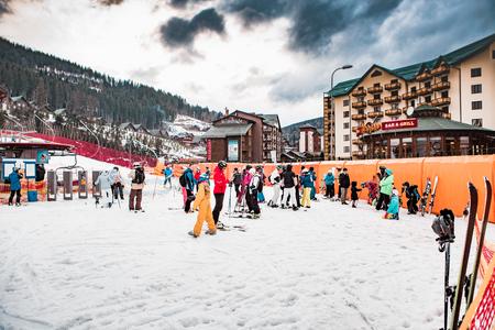 ブコヴェリ、ウクライナ、2017 年 3 月 6 日: スキーヤーとウクライナの観光客はリゾート ブコヴェリ