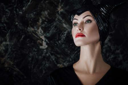 マレフィ セントとして服を着た美しい女性 写真素材
