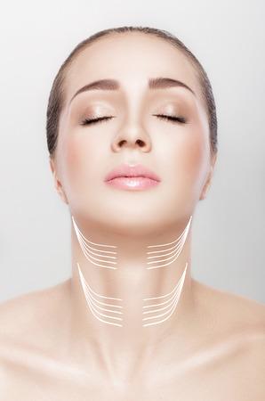 여자와 그녀의 목에 화살표가. 리프팅 개념.