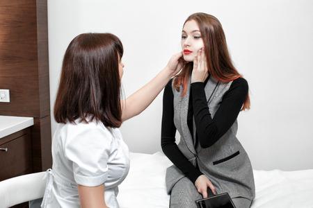 Cosmetologo e giovane donna Archivio Fotografico - 90494834