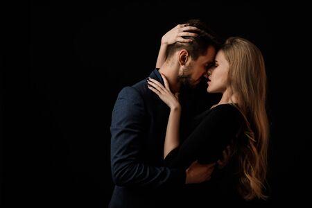 elegantes Paar in der zarten Leidenschaft. Mann und schöne Frau küssen sich Standard-Bild