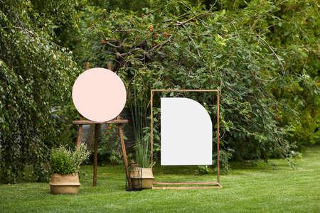 empty board stands on green lawn on wedding. invitation for guests for summer wedding ceremony Banco de Imagens - 155875035