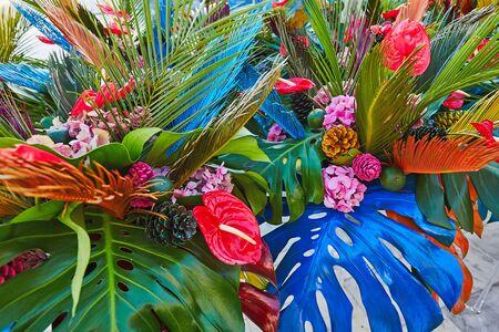 Bouguets de monstera pour la décoration de tables lors d'un mariage ou d'un événement corporatif