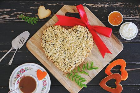 Grated pie served with coffee and jam 版權商用圖片