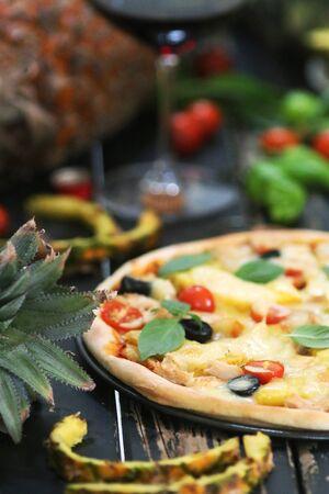 Pineapple pizza served with wine 版權商用圖片