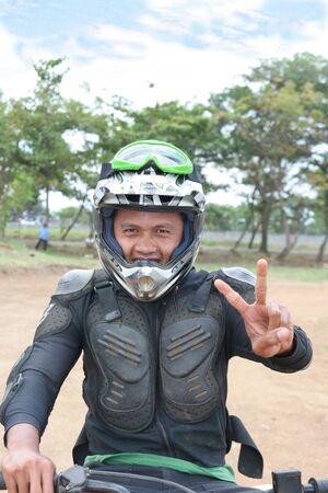 motorcross: MOTOCROSS hombre en traje de carreras