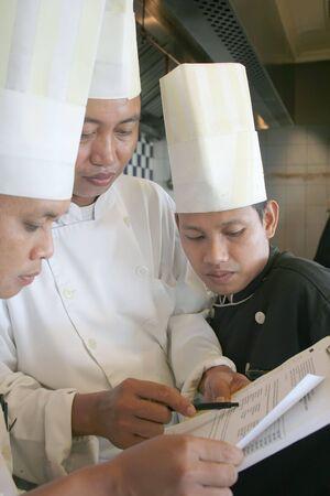 discutere: tre chef discutere su menu