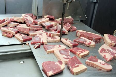 carnes: Corte de carnes en carnicero en m�quina de Sierra