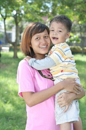 madre soltera: feliz madre soltera Foto de archivo