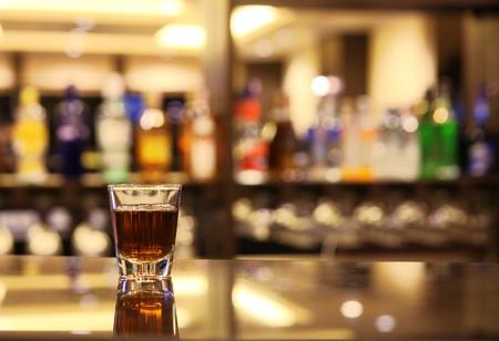 scotch: Een schot van whisky op bar Stockfoto