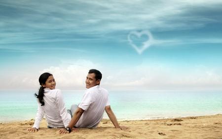 luna de miel: Feliz pareja asi�tico en la playa