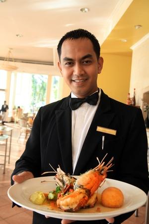 camarero: camarero celebración de mariscos gambas Foto de archivo