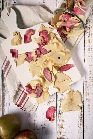 apple chips on a white cutting board Imagens