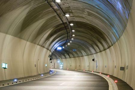 トンネル: 夕方の空の高速道路トンネル