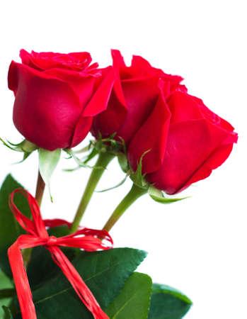 Blumenstrauß aus roten Rosen auf weißem Hintergrund