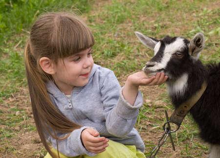 Petite fille avec chèvre