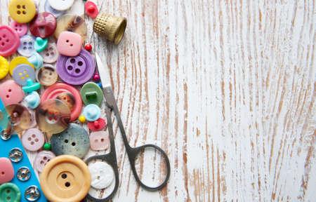 Sewing stuff auf einem alten Holz-Hintergrund Lizenzfreie Bilder