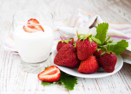 Frais fraise juteuse avec yaourt nature dans un verre Banque d'images