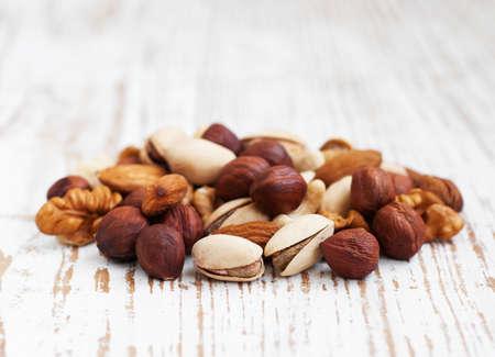 Gemischte Nüsse auf einem alten Holz