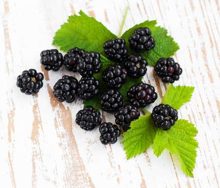 brambleberry: Ripe blackberry org�nica fresca sobre un fondo de madera Foto de archivo