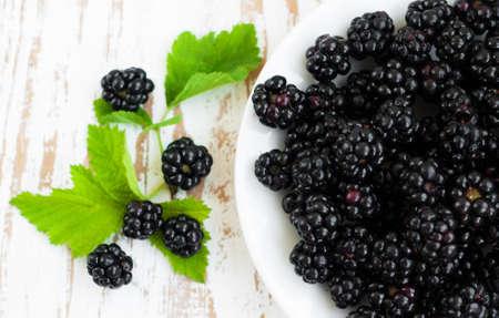 brambleberry: Placa con Ripe blackberry org�nica fresca sobre un fondo de madera