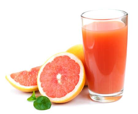 Grapefruitsaft und reife Grapefruits auf weißem Hintergrund