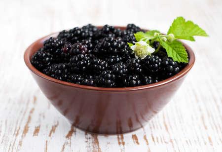 brambleberry: Taz�n de Ripe blackberry org�nica fresca sobre un fondo de madera Foto de archivo