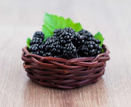 brambleberry: Cesta de Ripe blackberry org�nica fresca sobre un fondo de madera