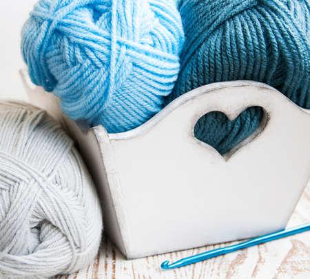 かぎ針編みのフックと編み糸木製の箱