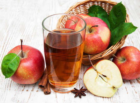 Apple juice and fresh apples on a wooden background Banque d'images