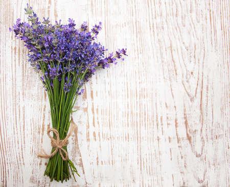 Ein frisch geschnittenes Bündel Lavendel, auf einer rustikalen weißen Bank