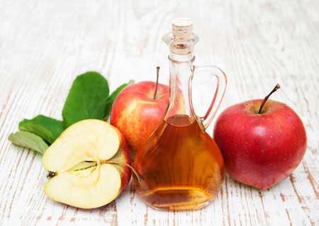 Apple cider vinegar and fresh apple on a wooden background Banque d'images