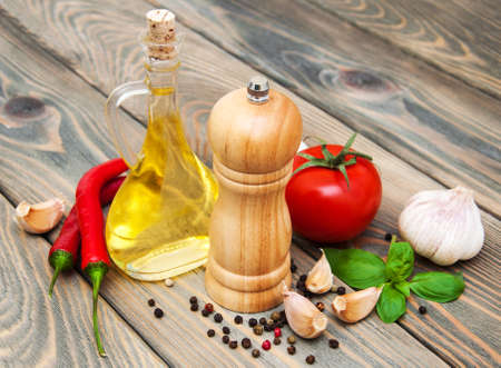 aceite de cocina: olive oil,  basil, tomato and garlic on a wooden background