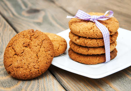 galletas: Galletas de harina de avena en un fondo de madera vieja