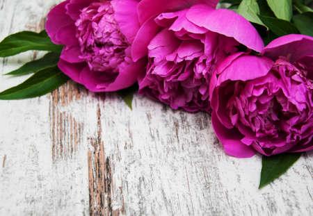 floral frame met roze pioenen op houten achtergrond