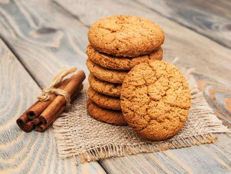 古い木製の背景のオートミール クッキー 写真素材