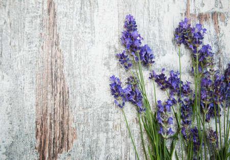 fiori di lavanda: fiori di lavanda su uno sfondo di legno vecchio