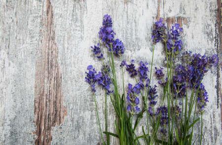 Lavendelblüten auf einem alten hölzernen Hintergrund
