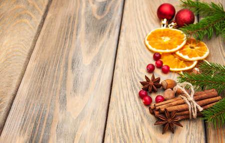 verschiedene Gewürze und getrocknete Orangen mit Weihnachtsbaum Lizenzfreie Bilder