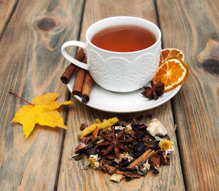 Kopje winter thee en droge kruidenthee op een houten achtergrond Stockfoto
