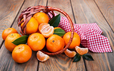 Juicy orange tangerines on a old wooden table Banque d'images