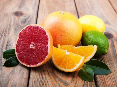Verse citrusvruchten op een oude houten tafel