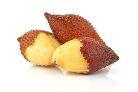 Salak фрукты на белом фоне