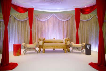 Kırmızı ve altın Asya düğün sahne temalı
