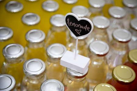 lemonade: etiqueta de la bebida de la limonada en la parte superior de bottletops Foto de archivo