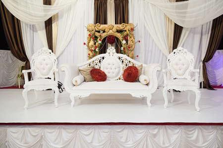 weiß themed Hochzeit Bühne mit Blumen