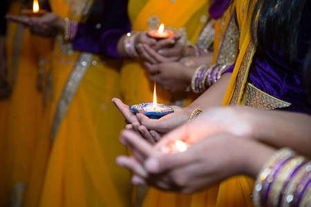 Meisjes die kaarsen voor henna partij