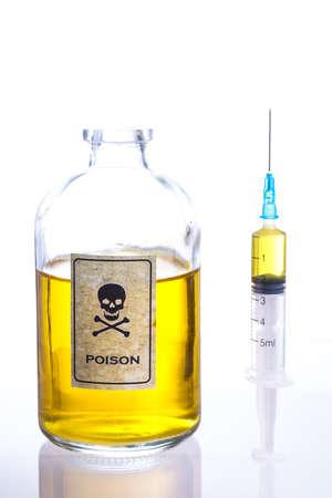 poison bottle: Botella de veneno y una jeringa, y aislado en blanco